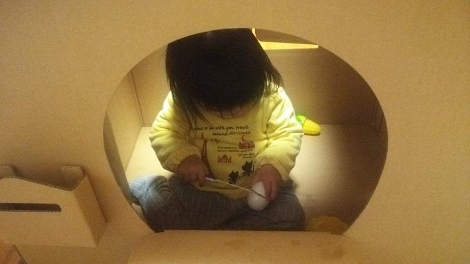 ダンボールハウスで遊ぶ娘