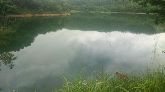 2016年6月25日の前川ダム。朝は風もなく穏やか