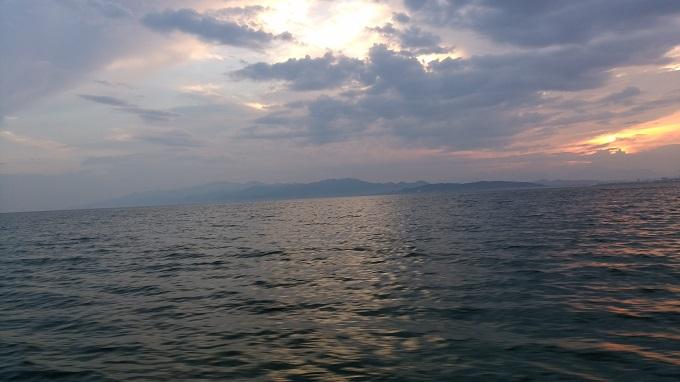 夜明けとともに出航。少し風と波がある