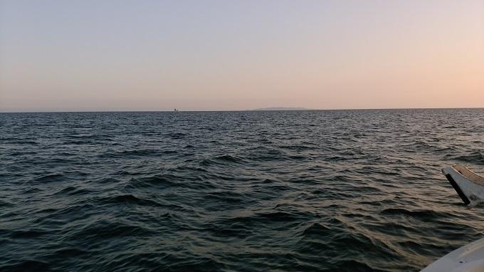 遠くに粟島が見える